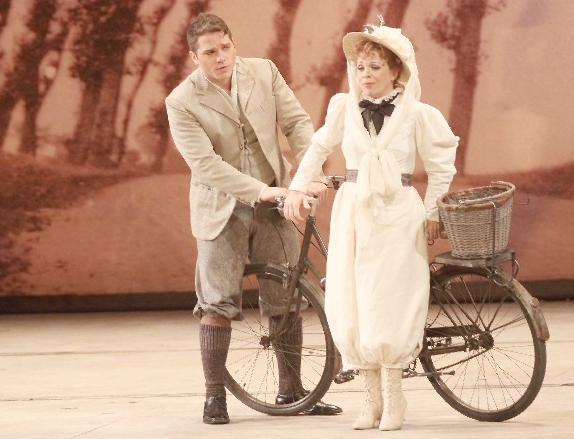 donizetti-elisir-amore-duo-adina-bicyclette-opera-de-marseille-inva-mula-574
