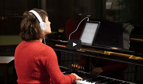 tom-play-jouer-piano-chez-soi-avec-un-orchestre-tom-books-demo-video-classiquenews-video