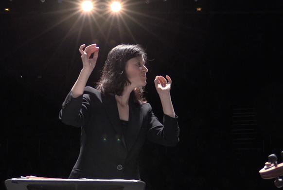 Waldman-debora-chef-concert-pur-mozart-clic-de-classiquenews-582-face-pupitre