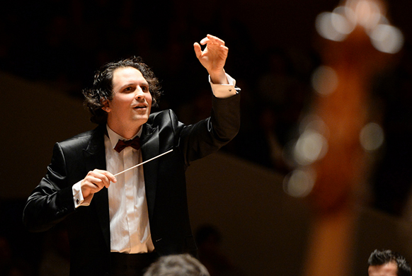 bloch-alexandre-maestro-582-390-orchestre-national-de-Lille-classiquenews