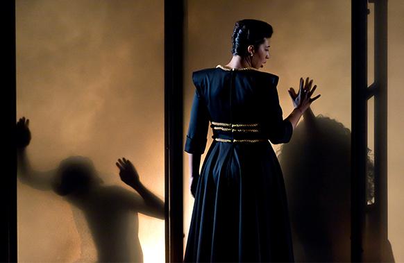 NABUCCO-opera-de-lille-dijon-critique-opera-par-classiquenews-nov-2018-dos-femme