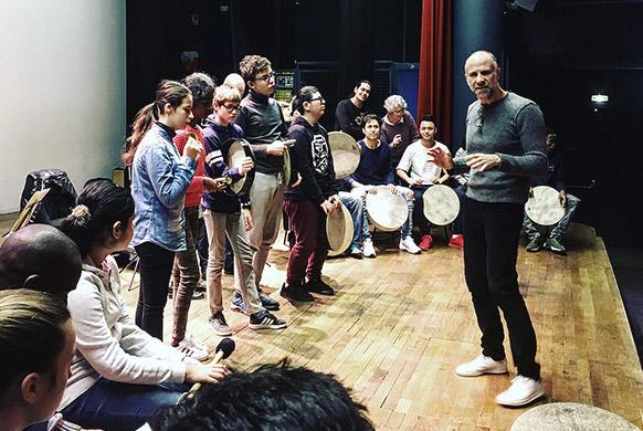 CHD-concert-hostle-dieu-FE-COMTE-atelier-pedagogique-action-acutlurelle-marco-polo-sur-la-scene-avec-les-percu-et-les-jeunes-slameurs