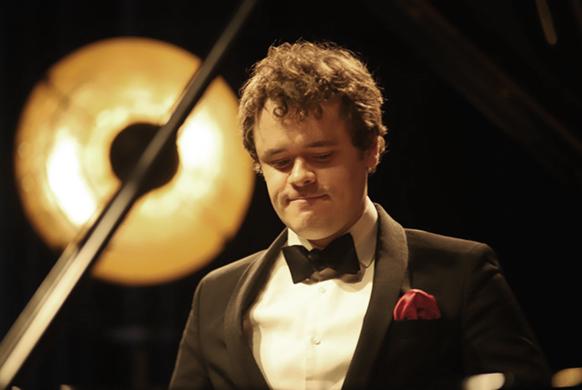 grosvenor-benjamin-piano-janacek-critique-concert-annonce-classiquenews-piano