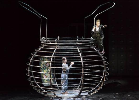 LE-ROI-CAROTTE-opera-critique-classiquenews-OPERA-DE-LYON-Pelly-OFFENBACH-chloe-briot-et-julie-boulianne-le-roi-carotte-par-laurent-pelly